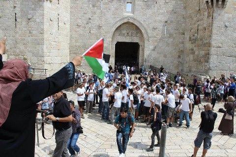 بالفيديو  ..  العدو الصهيوني ومستوطنوه يستبيحون باحات المسجد الأقصى