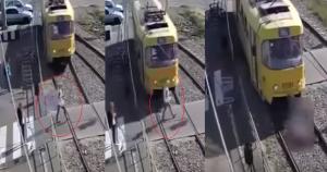 فيديو مرعب.. قطار يدهس امرأة ويقطع ساقها لانشغالها بهاتفها!