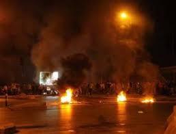 محتجون يغلقون طريق ساكب للمطالبة بمطبات