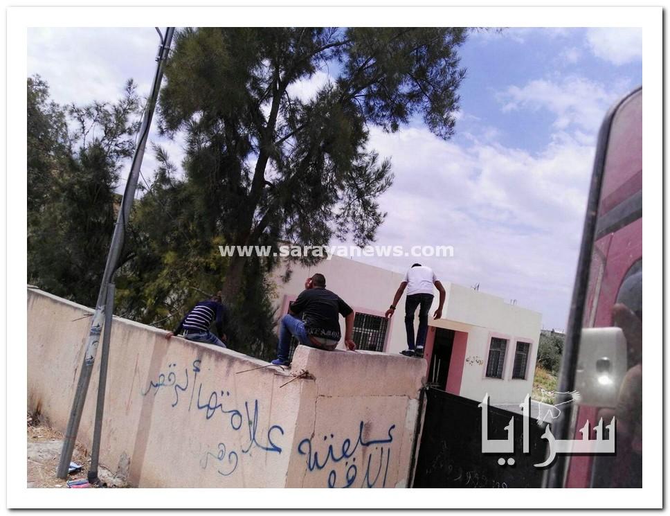 """بالصور.. """"متسكعون"""" يتسلقون اسوار مدارس البنات في الاغوار الشمالية و يلطخون جدرانها بكلام بذيء"""