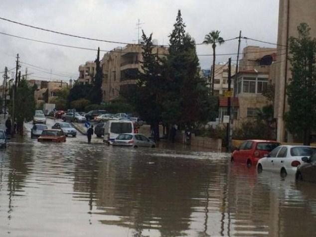 السيول  تمنع وزير التربية من الوصول للعقبة