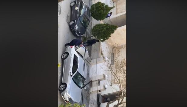 """بالفيديو  ..  سيارات حكومية تنقل الخضار للمسؤولين ومواطنون: """"حلال على بلابله الدوح حرام على الطير من كل جنس"""""""