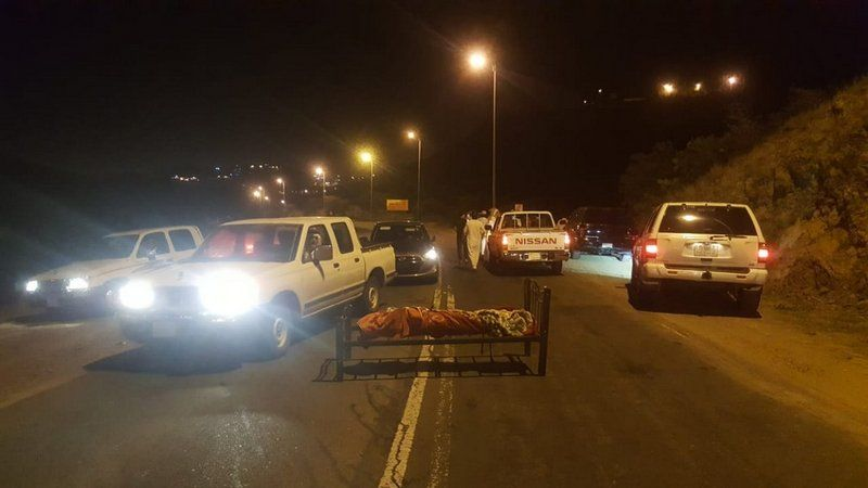فيديو مرعب ..  العثور على جثة مربوطة بسرير في منتصف طريق أبها في السعودية