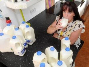 صور...بريطانيَّة مدمنة على الحليب ولا تحبِّذ طعم الماء