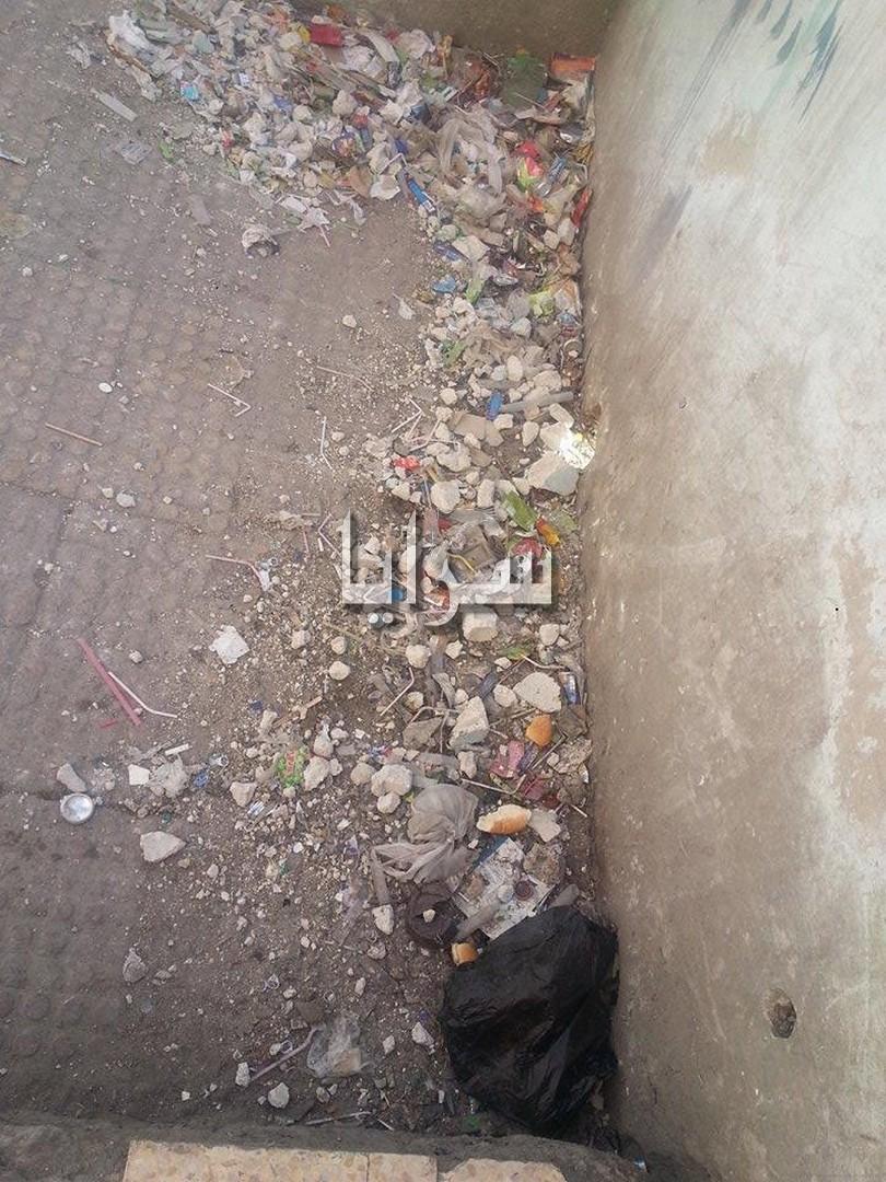 بالصور .. مدرسة الامام أبو حنيفة تراكم للنفايات و اجبار الطلبة على التنظيف
