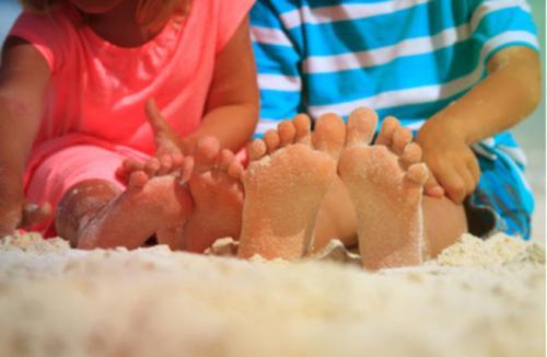 لا تمنعي طفلك من المشي حافيًا  ..  فلذلك فوائد عديدة!