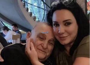 بالفيديو والصور  ..  سلاف فواخرجي تنهار في عزاء والدها بحضور نجوم سوريا