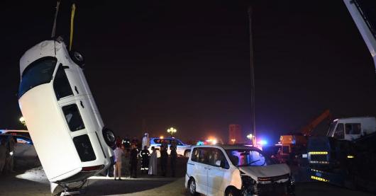 شرطة الشارقة تنتشل مركبتين تعرضتا للغرق ببحيرة الخان