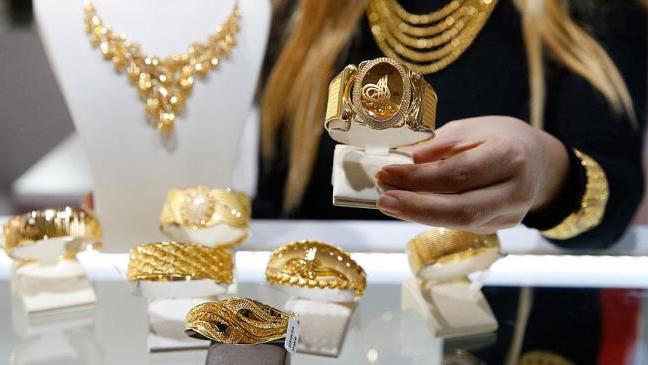 سيدة تنسى مجوهرات بقيمة 3.5 مليون يورو في الطائرة