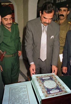 بالصور  ..  نسخة من القرآن كتبت بـ 27 لترا من دماء صدام حسين
