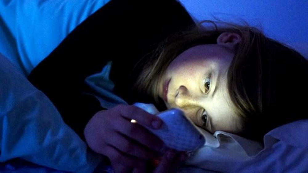 4 أسباب خطيرة ستوقفك عن تصفح هاتفك ليلاً