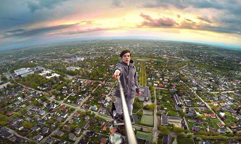 """10 عناوين لصور الـ""""سيلفي"""" الأخطر في العالم"""