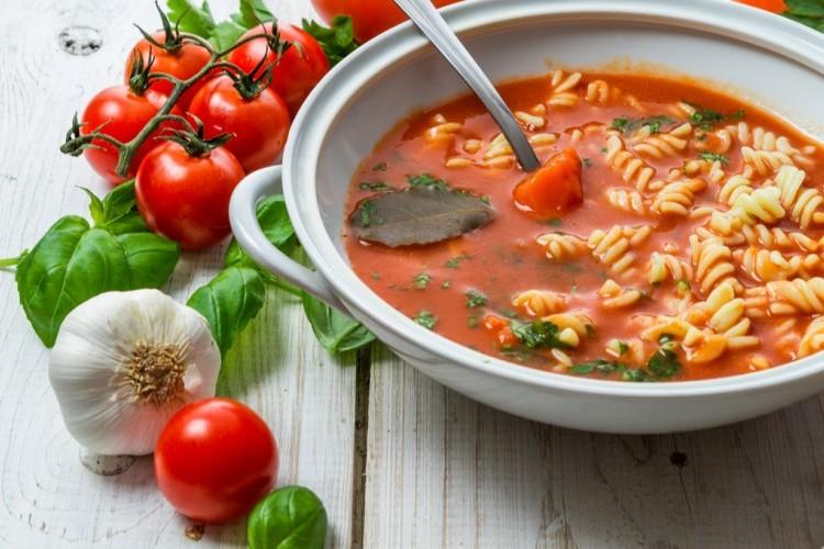 شوربة الطماطم بالمكرونة والريحان