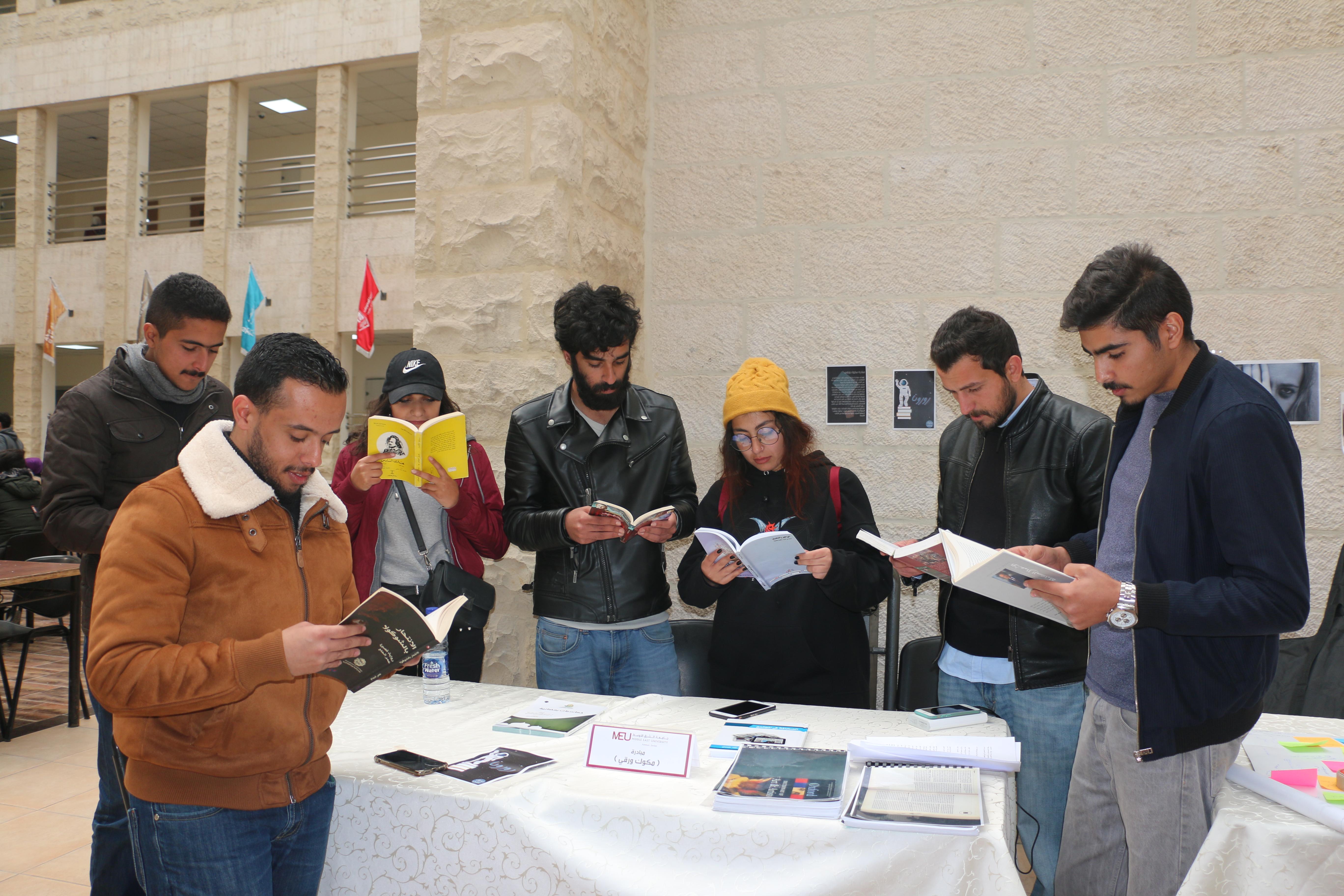 """بهدف تبادل الكتب ..  طلبة إعلام """"الشرق الأوسط"""" ينظمون حملة """"مكوك ورقي"""""""