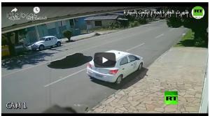 بالفيديو :ظهرت الحفرة فجأة وابتلعت السيارة