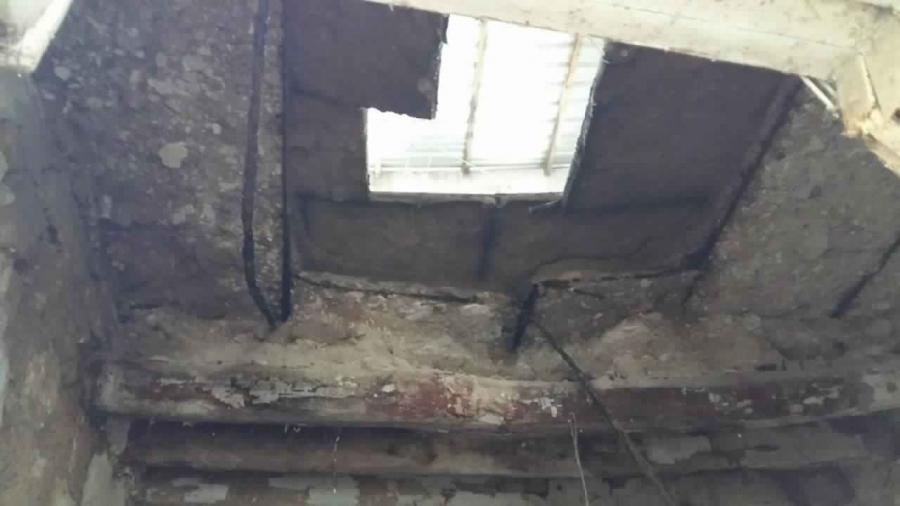 سقوط سقف منزل يهدد بتشرد أسرة بدير علا
