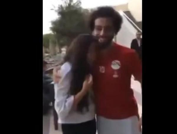 بالفيديو ..  محمد صلاح يحتضن معجبة بعد ان بكت لرؤيته