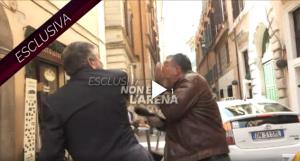 بالفيديو  ..  وزير إيطالي يصفع صحفياً على الهواء لهذا السبب!