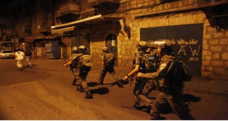 الاحتلال يعتقل مواطنا ويفتش منازل في الخليل