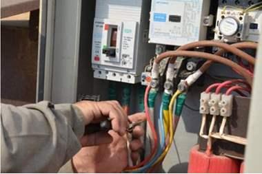 شركة الكهرباء تحرم الاردنيين من النور  ..  ومصدر لسرايا : الرزاز لم يعمم بعدم قطع الكهرباء