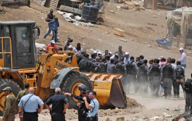الاحتلال يشدد تواجده الأمني ويغلق البوابات المؤدية للخان الأحمر