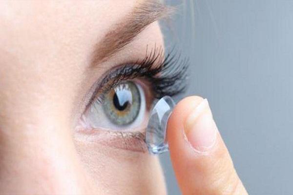 فتاة تفقد بصرها بسبب العدسات اللاصقة