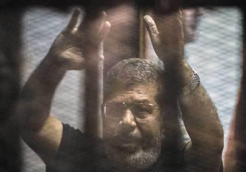 لماذا بكى مرسي في احضان محاميه و ماذا قال له؟