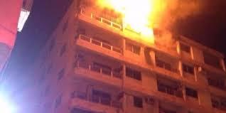 صاعقة رعدية تضـرب عمارة سكنية بجدة ..  وتشعل النيران في بيت شعر على سطحها