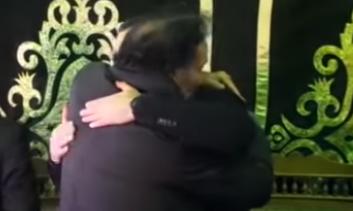 بالفيديو .. أحمد سعيد عبد الغنى ينهار ويبكى أثناء تلقيه عزاء والده