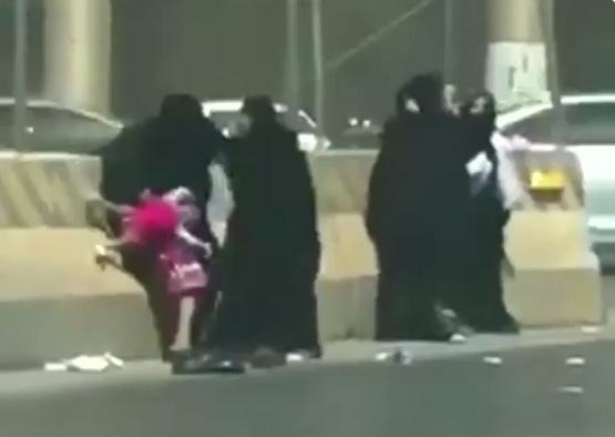 بالفيديو  ..  شجار عنيف بين نساء وسط الشارع  و سقوط طفل رضيع من احدهن اثناء الاشتباك في السعودية