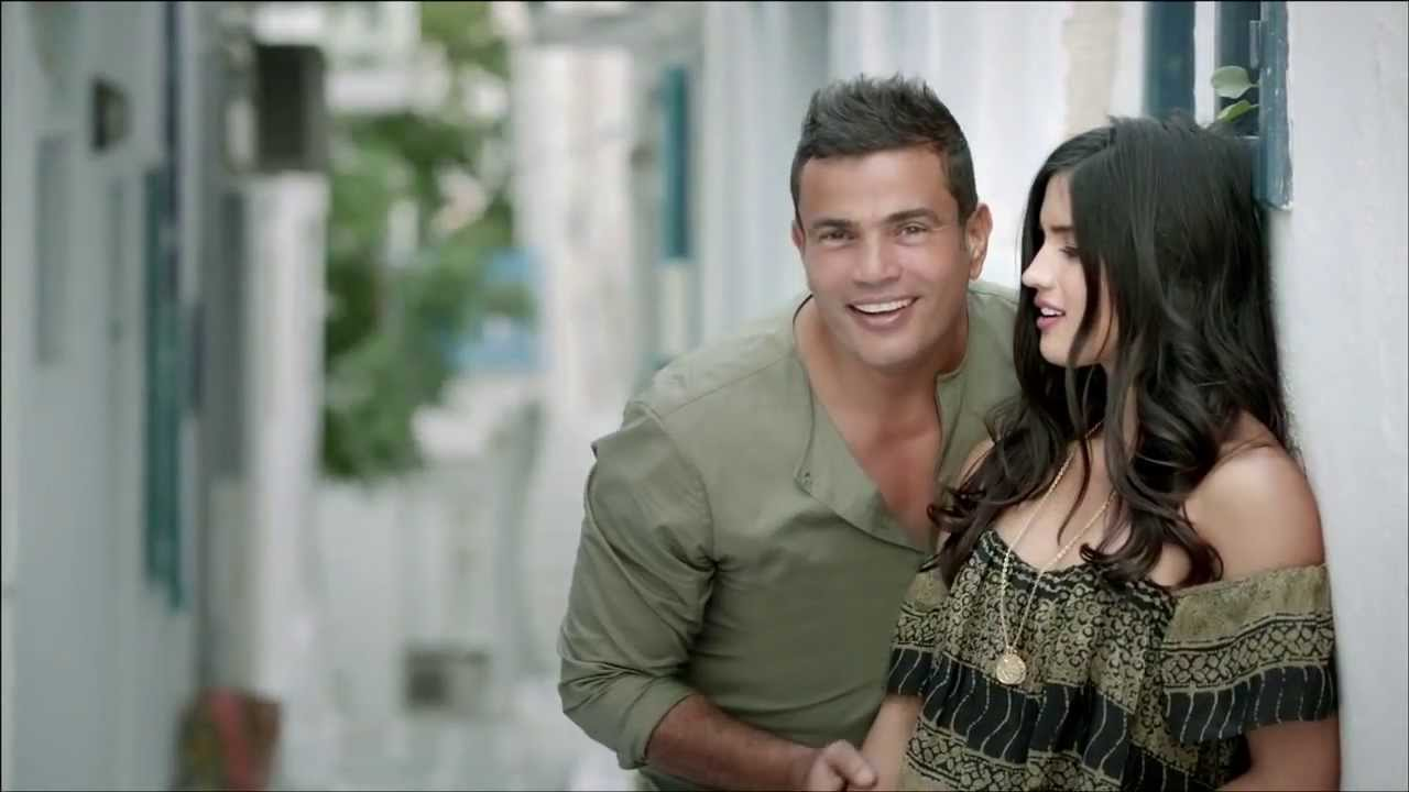 """بالفيديو ..   عمرو دياب يعلن لأول مرة عن """"صاحبة برج الحوت"""": أحضرها للمسرح واحتضنها"""