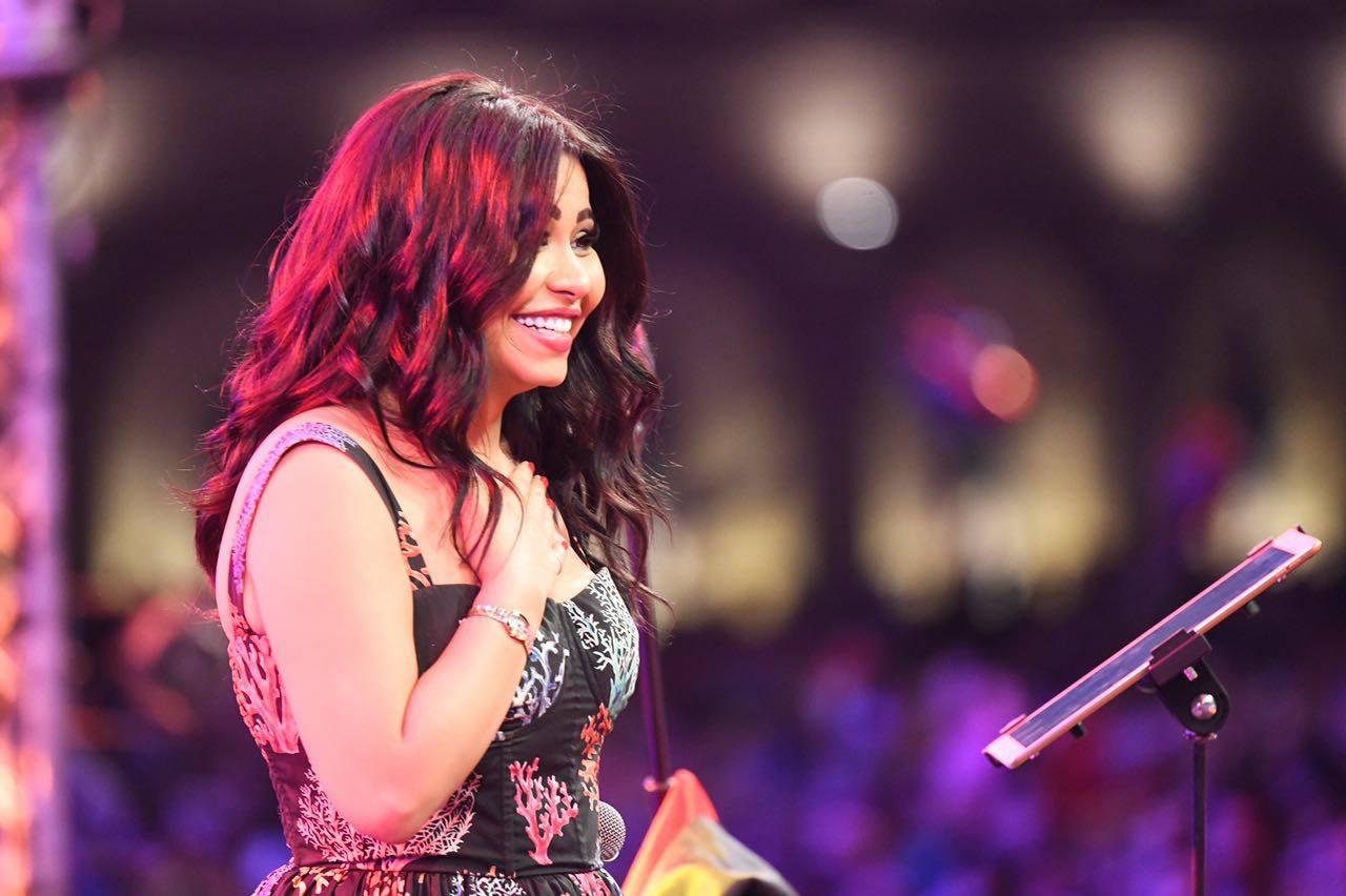بالفيديو  ..  المطربة شيرين تسقط اثناء غناءها على المسرح