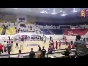 بالفيديو ..  شغب جماهيري في مباراة الوحدات و الجبيهة في كأس الأردن لكرة السلة
