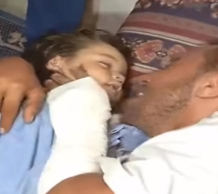 بالفيديو .. فلسطيني يبكي على استشهاد طفلته