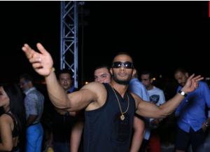 """محمد رمضان بقميص إليسا الشفاف ..  والجمهور ينتقده: """"أسوأ تنظيم"""""""