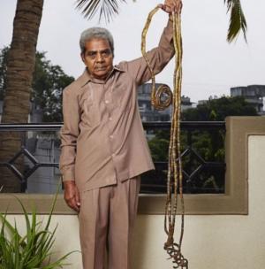 بالصور.. هندي لم يقص أظفاره منذ عام 1952 يدخل كتاب غينيس للأرقام القياسية