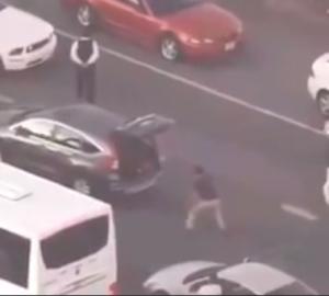 بالفيديو... شاهد ماذا فعل هذا الشاب لقتل الوقت في زحمة المرور
