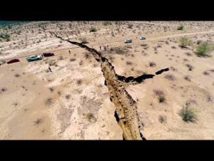 بالفيديو : صدع هائل يشق الأرض