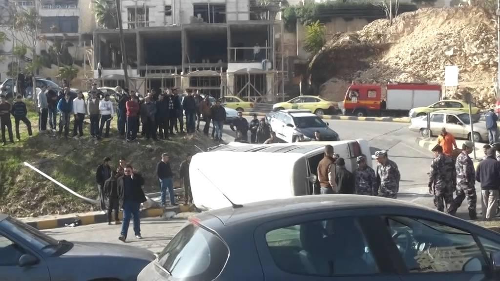 عمان: 12 اصابة بحادث تدهور حافلة في وادي عبدون