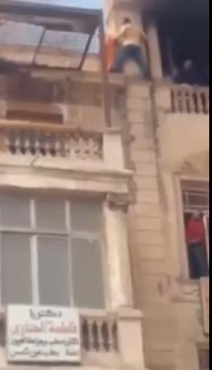 بالفيديو... إمرأة تسقط من الطابق الرابع بعد تأخر فرق الإطفاء