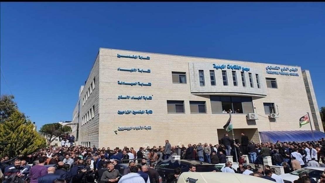 نقيب الأطباء الفلسطيني: الحكومة تهجر ما تبقى من كفاءات طبية