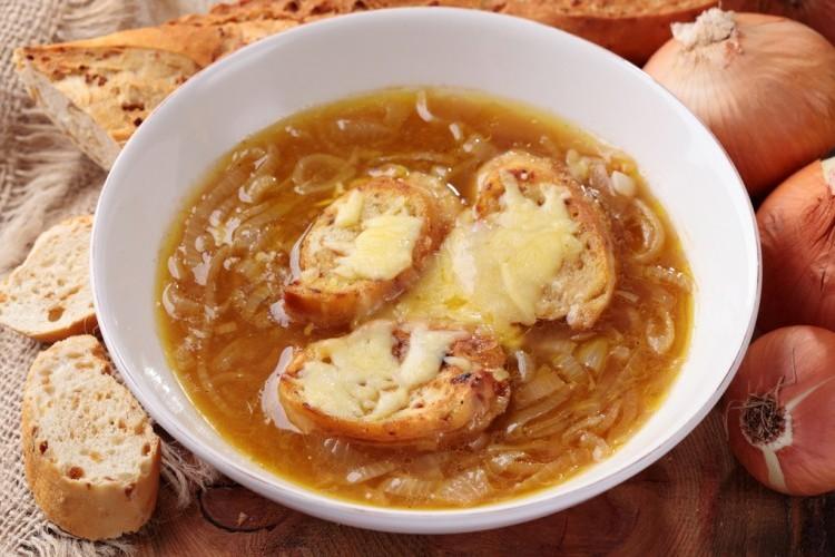 جربي شوربة البصل بطعمها الحار مع الجبن الرائع