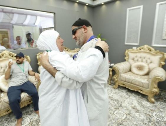 بالصور  ..  الحج يجمع شتات شقيقين بعد فراق (15) عاماً بسبب الاحتلال الصهيوني