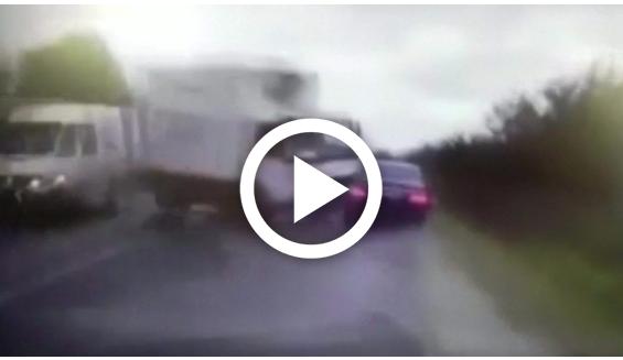 بالفيديو: لحظة اصطدام شاحنة بسيارة الرئيس المولدوفي