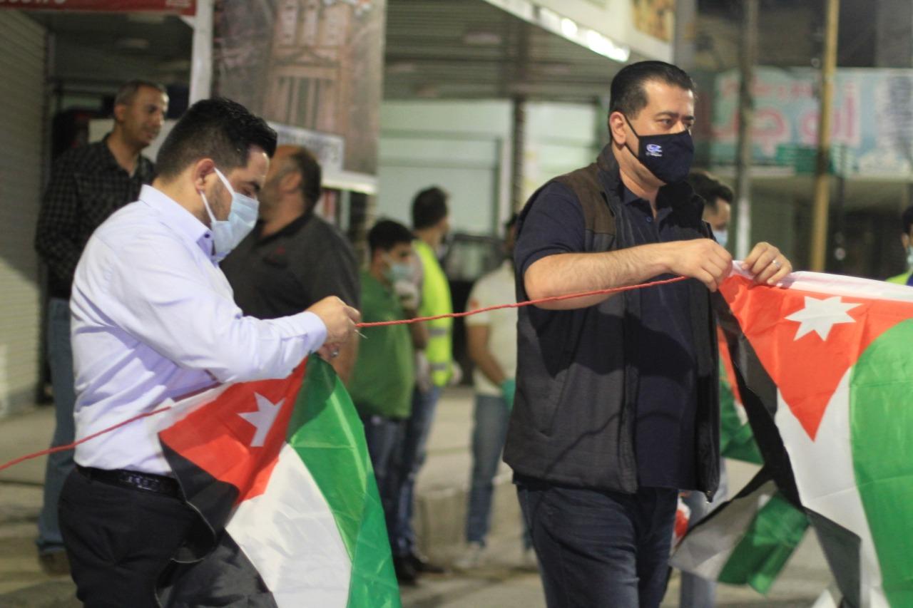 بالصور ..  توزيع العلم الأردني على المواطنين وتزين الشوارع في محافظة المفرق ضمن احتفالات المملكة بعيد الإستقلال