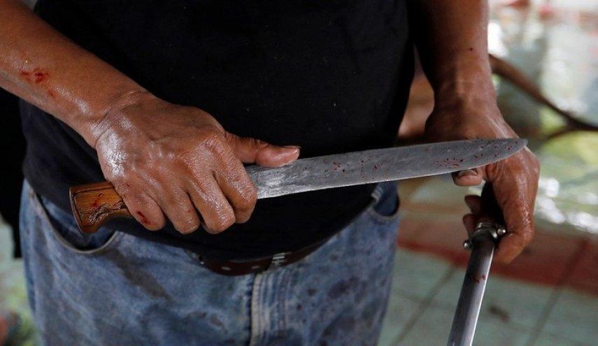 حادثة مروعة  .. سفاح يمني يطعن رجلين وامرأة بالسكين لاسباب مجهولة