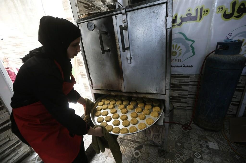 فلسطينيات يعملن على بيع الكعك لتحسين أوضاعهن الاقتصادية بالضفة الغربية
