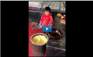 بالفيديو : طفل في السادسة يدهش المتابعين بمهاراته في خبز المعجنات