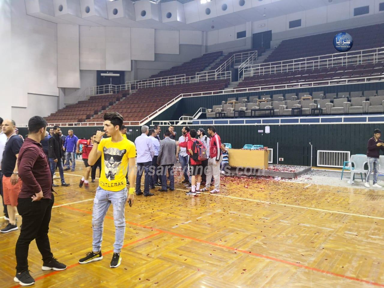 بالصور : الامن يتدخل لإنهاء شغب خلال تتويج نادي العربي ببطولة الشباب لكرة اليد