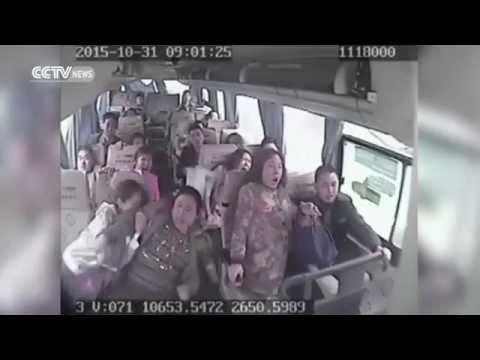 كارثة لحظة وقوع حادث مروع لحافلة سريعة بعد أن فقد سائق الحافلة السيطرة عليها وهوت في واد سحيق
